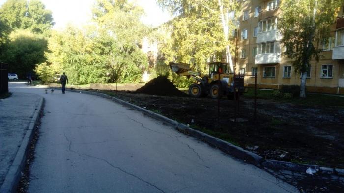 Сегодня к дому  № 6  на улице Громова приехал экскаватор, чтобы разровнять площадку под будущую парковку