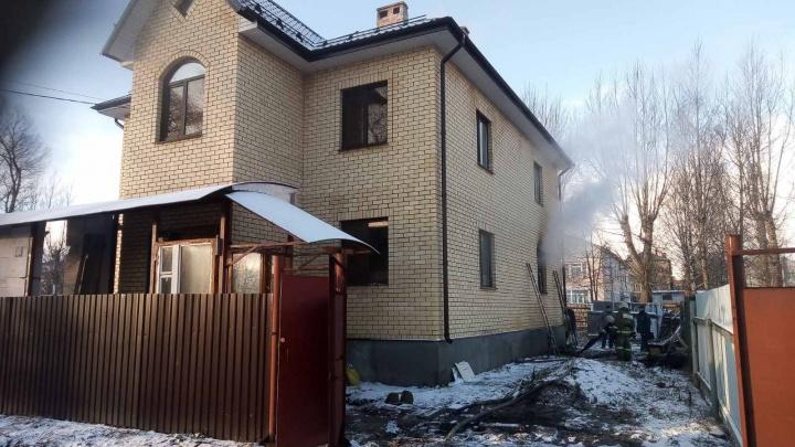 Дым валил из окна: в Ростове загорелся дом