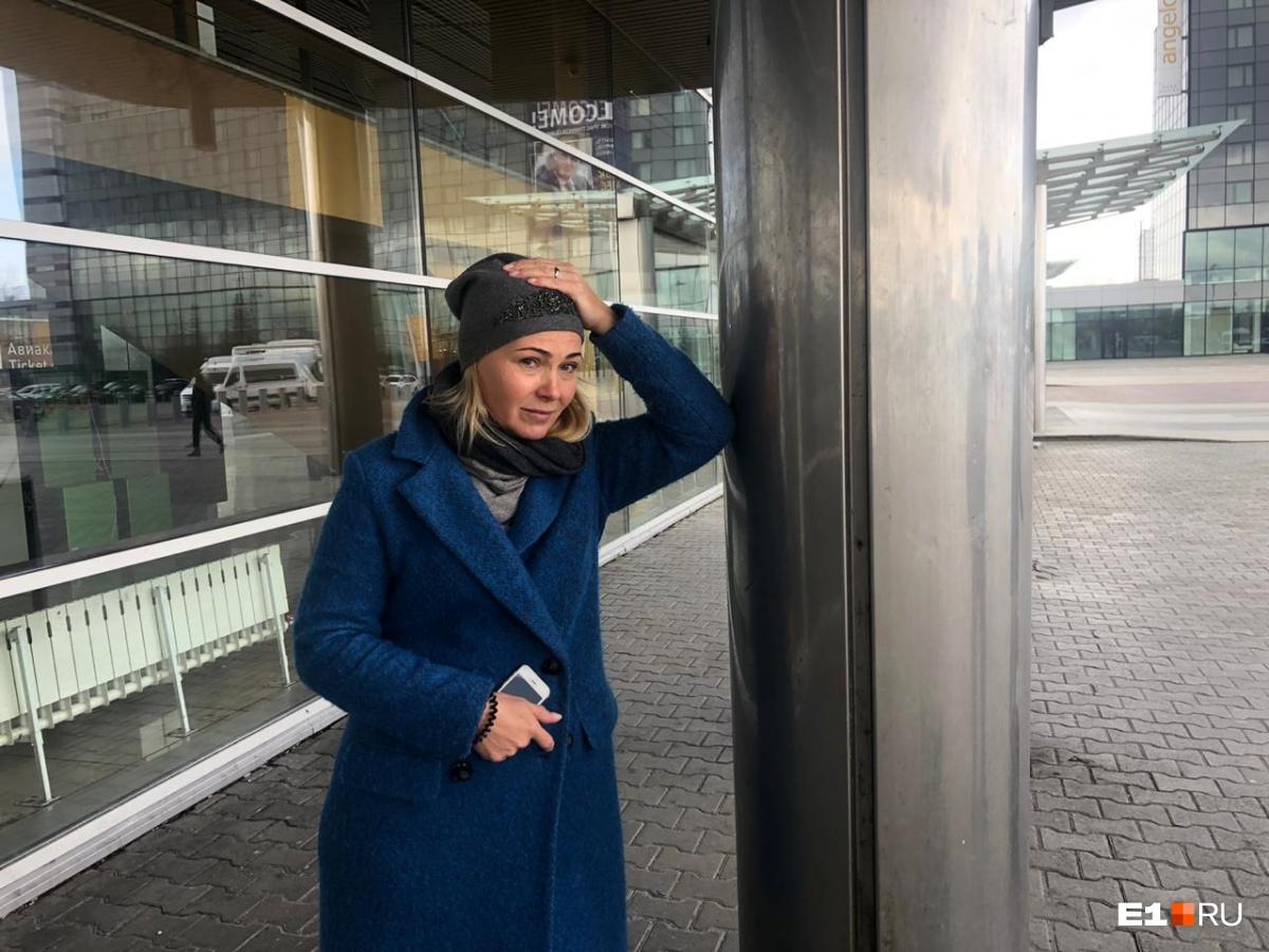 Ольга должна была улететь в Москву к дочке, но уже несколько часов сидит в Кольцово