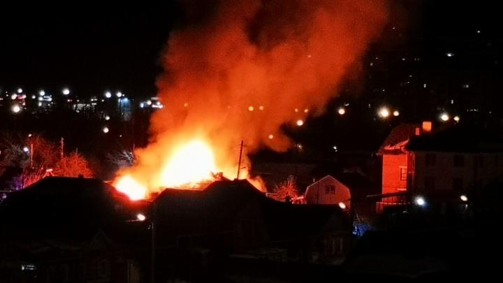 «Взрыв было слышно за квартал»: в Цыганском поселке загорелся жилой дом, пожарные спасли четверых