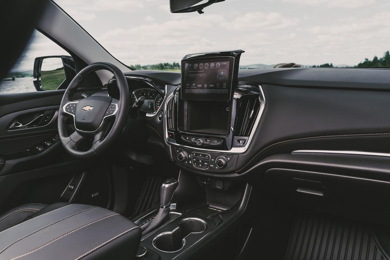 Интерьер Chevrolet Traverse приятен глазу, но к посадке за рулём можно придраться: например, руль хотелось подтянуть поближе. За экраном мультимедийной системы есть тайник. Климат-контроль сразу трёхзонный