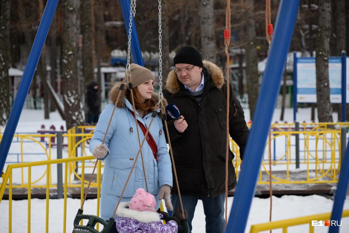 Ольга гуляет в парке, так как живёт рядом с ним