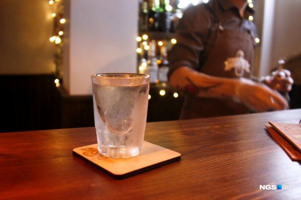 Регулярно выпивать в MoonShine смогут только американские бутлегеры. Стопка «муншайна» стоит здесь 290 рублей