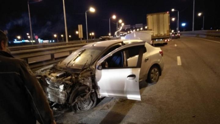 «Рено» протаранил разделительное ограждение: пострадал водитель