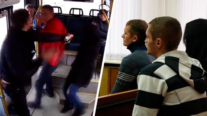 От тумаков до рукопожатий: екатеринбуржцы, жестоко подравшиеся в автобусе, пошли на мировую в суде