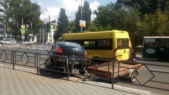 «Гранта» залетела на ограждение: на Спортивной столкнулись микроавтобус и легковушка