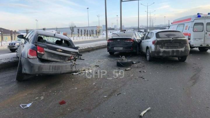 У одной из машин оторвало колесо: на шоссе Космонавтов произошла массовая авария