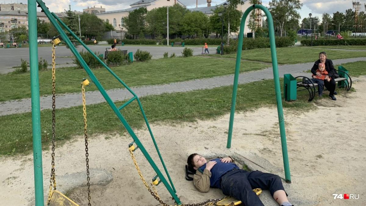 Упавшая на мальчика металлическая балка распорола и сломала ему ногу