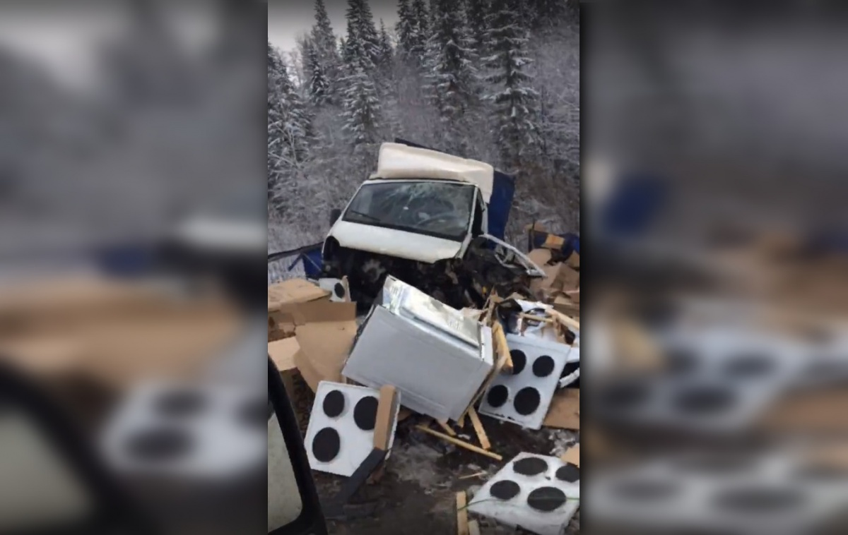 «Газель» перевозила кухонные плиты — они все выпали на снег