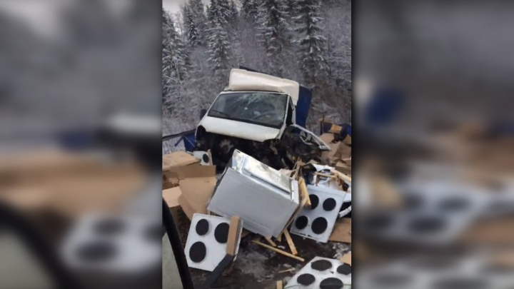 В Прикамье «Газель», перевозившая кухонные плиты, вылетела в кювет, столкнувшись с КАМАЗом