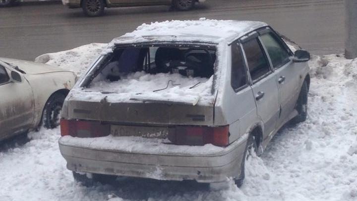 Куча снега с крыши дома разбила машину на улице Станиславского