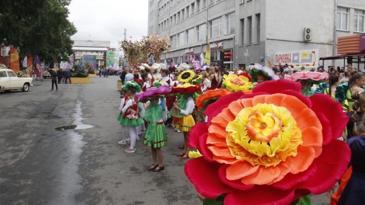 Улицу Ленина заполонили огромные движущиеся икебаны