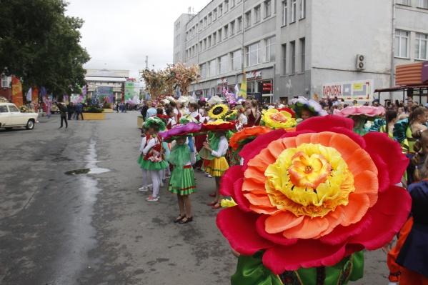 По случаю праздника юных танцоров нарядили в цветы