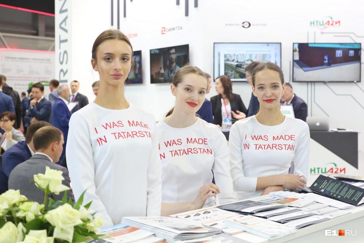 Если верить надписям на одежде, эти красотки приехали из Татарстана. Хотя большинство делегаций предпочитает нанимать местных моделей