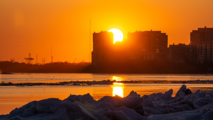Зима уходит в закат: фоторепортаж о начале ледохода в Омске