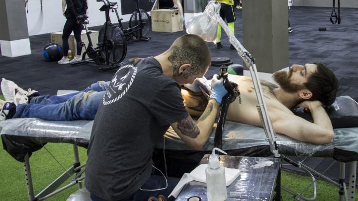 Новосибирец сделал огромную татуировку на рёбрах ради скидки в спортзал