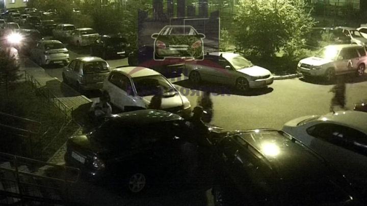 «Такие традиции»: трое парней похитили ночью девушку в «Покровском» и протаранили машину
