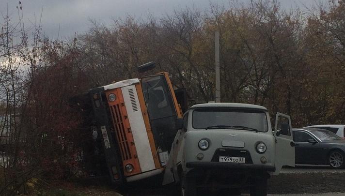 В Омске водитель опрокинул КАМАЗ на проезжающий мимо УАЗ