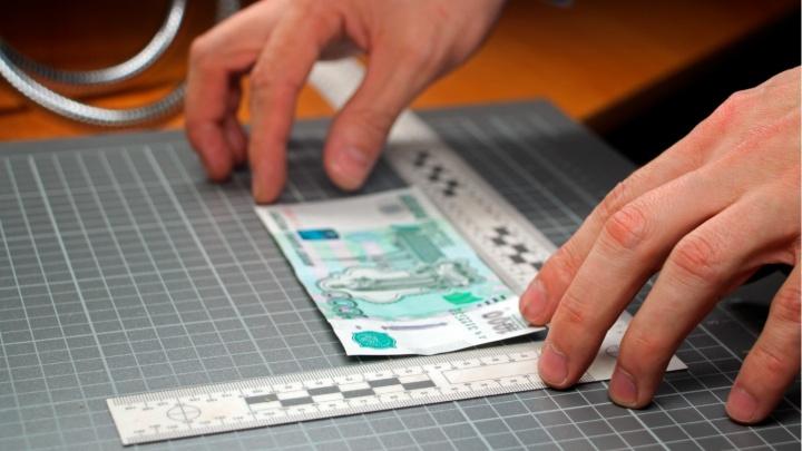 Полиция начала разносить по офисам памятки о том, как отличить фальшивые деньги от настоящих