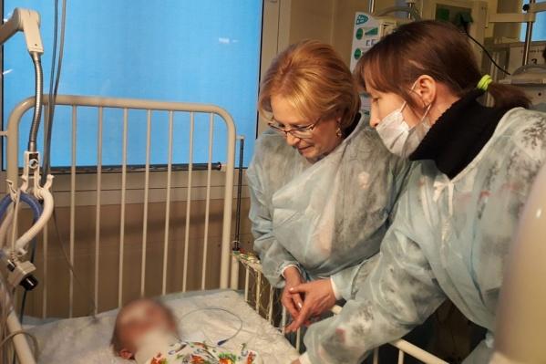 Вероника Скворцова у кровати Вани в НИИ неотложной детской хирургии и травматологии
