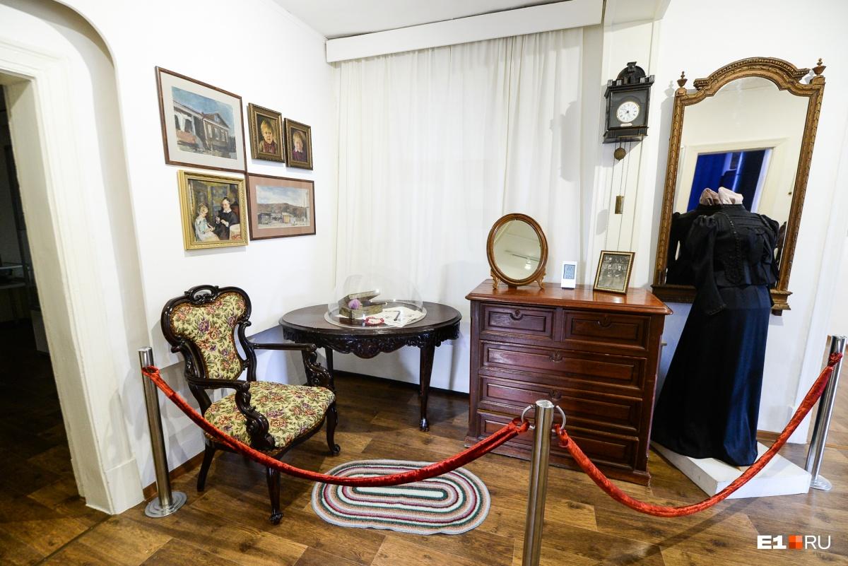 Интерьеры дома восстановили, собрав старинную мебель