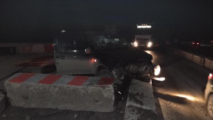 Great Wall влетел в бетонные блоки на тюменской трассе. Пострадали водитель и три пьяных пассажира