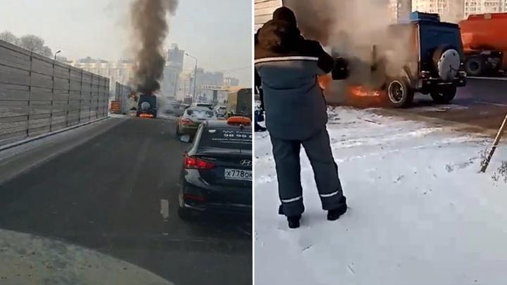 На Авиаторов сгорел стоящий на обочине «Гелендваген»