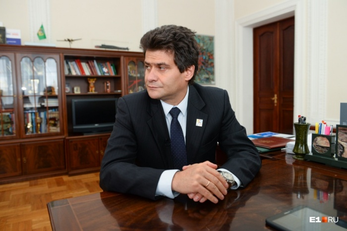 Александр Высокинский, судя по его предновогоднему интервью, намерен продолжать борьбу за свою зарплату