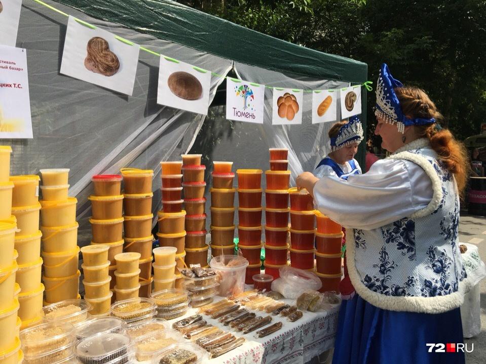 Мёд продают по 700 рублей за кило. При покупке двух кило — скидка 400 рублей<br>
