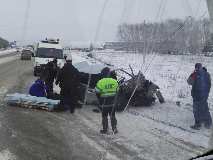 Под Новосибирском наОрдынской трассе «ВАЗ» столкнулся с 2-мя «КамАЗами»