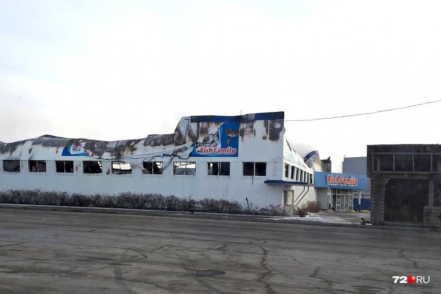 Огонь повредил здание по всей площади