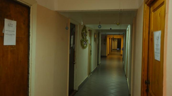 Чиновники ответили на жалобы жильцов общежитий об их выселении ради места для полицейских