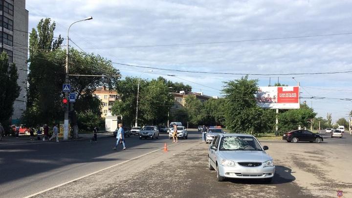 «Лежала на асфальте и почти не двигалась»: на Второй Продольной Волгограда иномарка сбила женщину