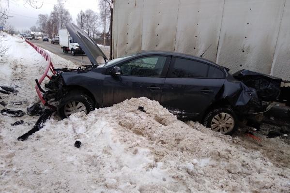 Машину зажало между ограждением и грузовиком