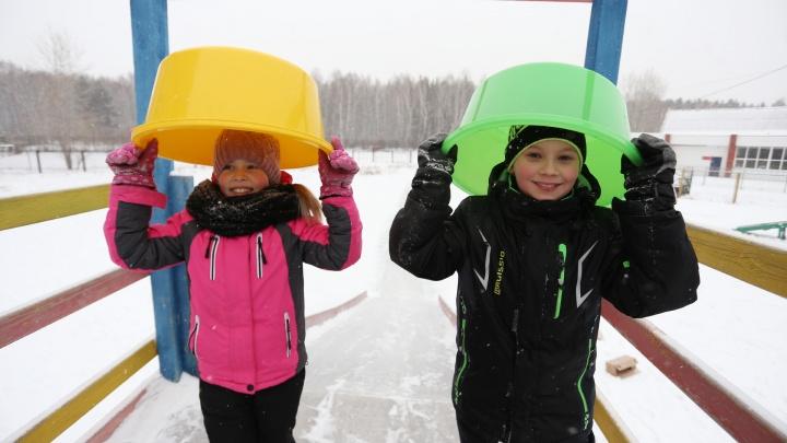 Таз вдребезги и портфель без застёжек: 74.ru проверил, на чём лучше кататься с ледяной горки
