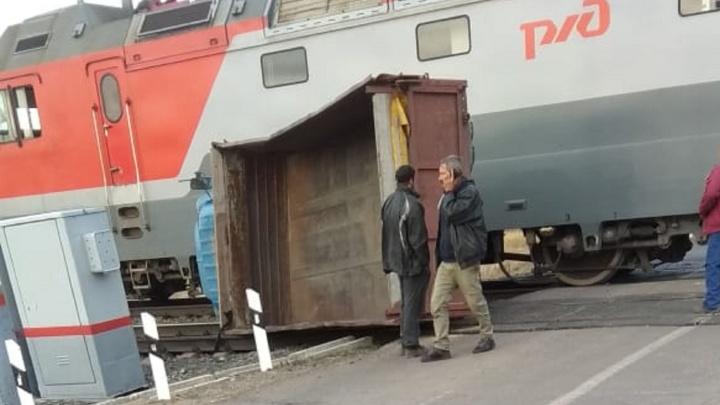 На переезде в Таврическом районе электричка врезалась в грузовик