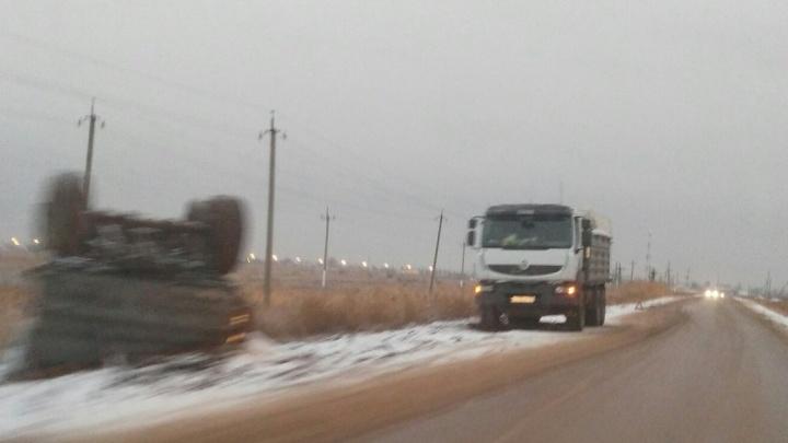 «Сколько нам ждать?»: грузовик с перевернувшимся прицепом уже неделю мешает водителям Волгограда
