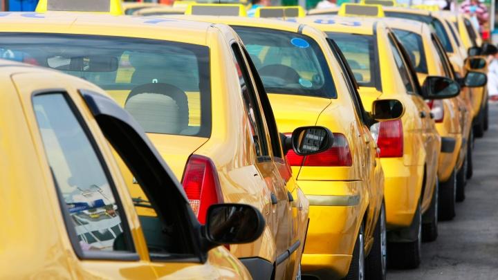 «Не дают уехать, матерят, приставляют оружие»: как таксисты по всей России переживают бойкоты. Видео