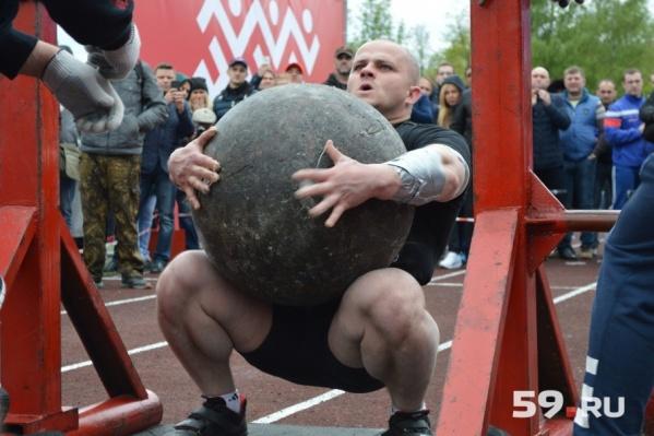 Переброс шара — одно из самых сложных испытаний. Такой весит 200 килограммов