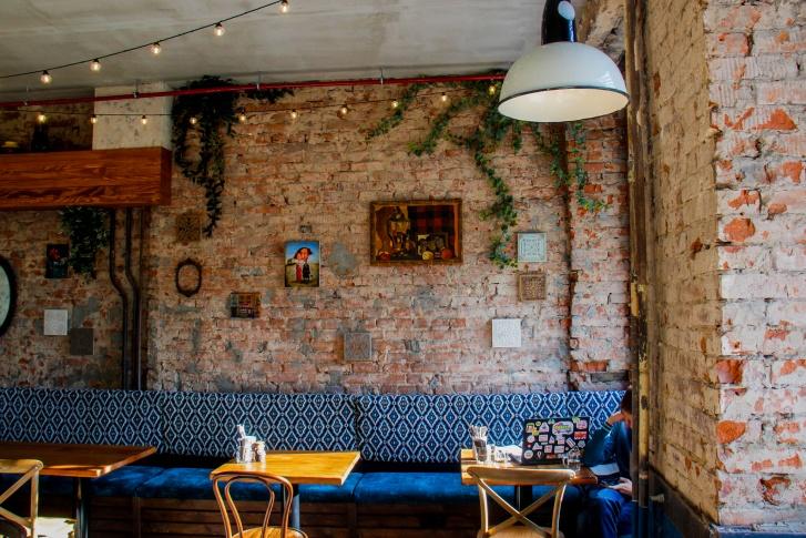 Место это хорошее само по себе, а для создательницы «Рэсторани» Натальи Ильиной и вовсе замечательное, поскольку тут же, за стеной, находится её винный ресторан «Библиотека»<br>