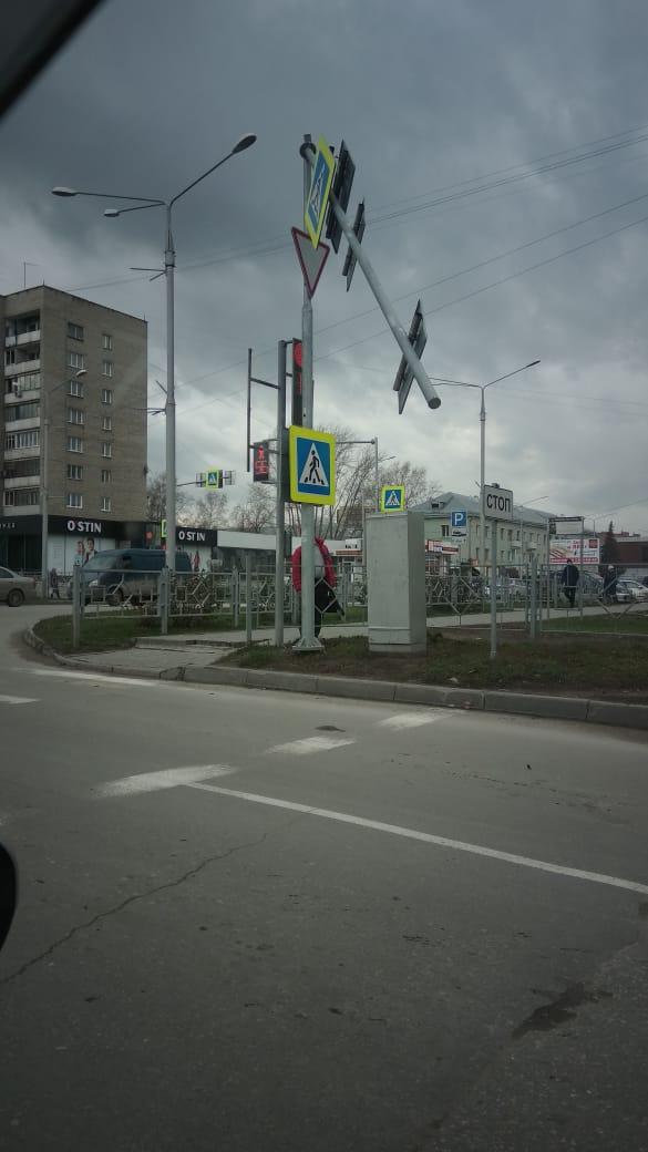 В Бердске на улице Максима Горького ветер снёс стойку светофора