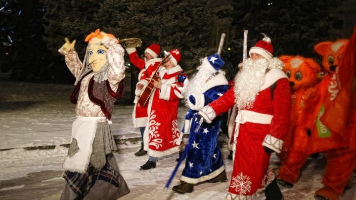 В Ростове прошел парад Дедов Морозов и Снегурочек