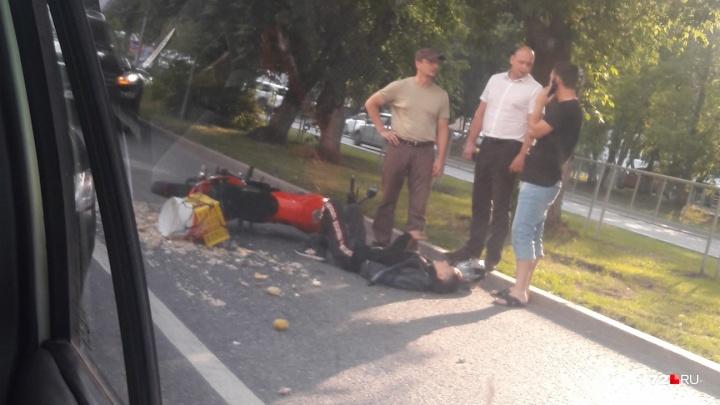 В вечерней аварии на Профсоюзной пострадал 15-летний водитель мотоцикла