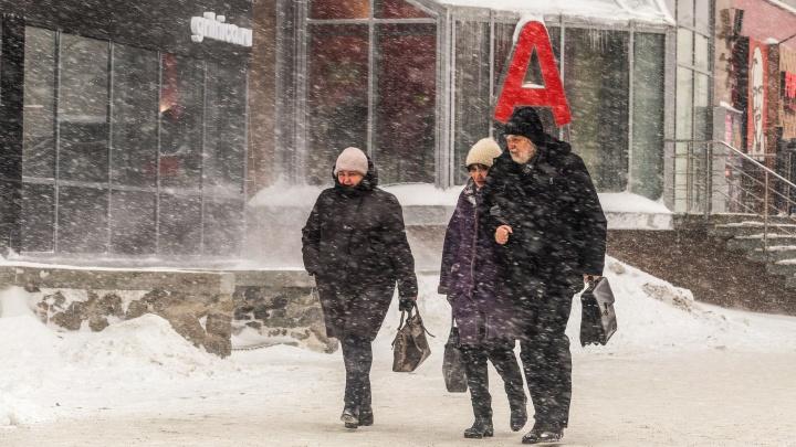 Последствия снегопада в Новосибирске: люди не успели на рейсовый автобус, на дорогах пробки и аварии