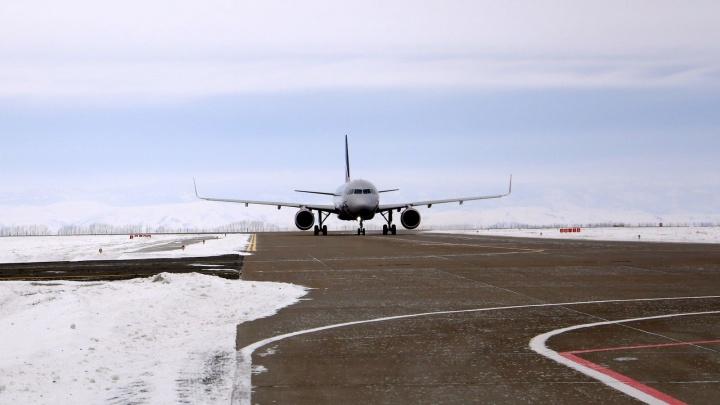 В магнитогорском аэропорту мать подростка-инвалида вынудили нести его до самолёта на руках