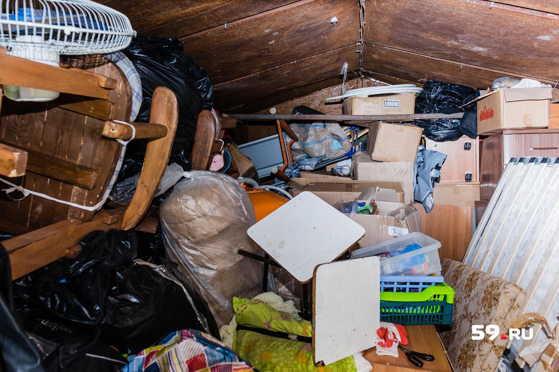 Вещи в этом гараже отсыревают. На некоторых появляется ржавчина