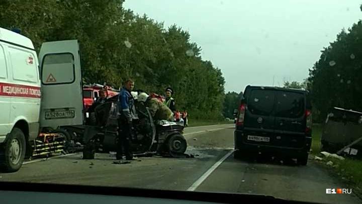 В Белоярском районе водитель фургона врезался на встречке в «газель». Его доставали сотрудники МЧС