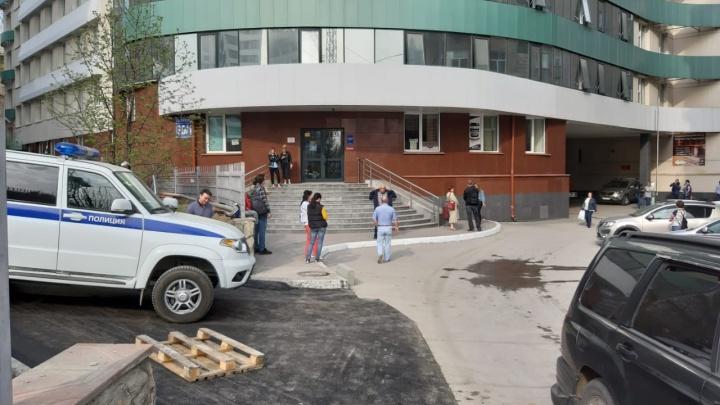 Из бизнес-центра «Горский» вывели людей — ждут бригаду кинологов