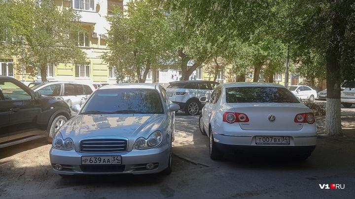 «Я паркуюсь, как…»: волгоградские автохамы ставят рекорды по нарушениям у планетария
