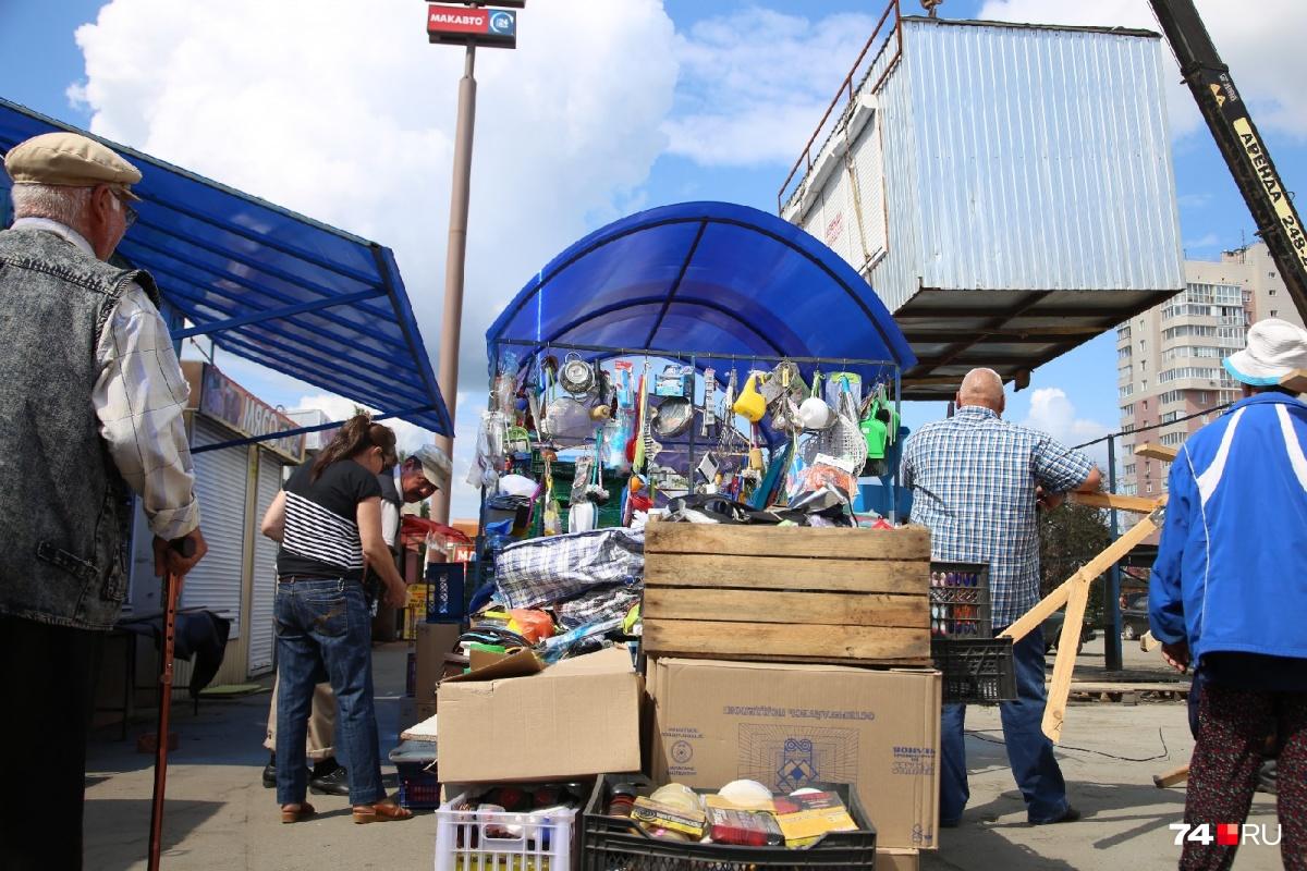 Привычные павильоны начали исчезать на глазах у клиентов рынка утром во вторник, 23 июля